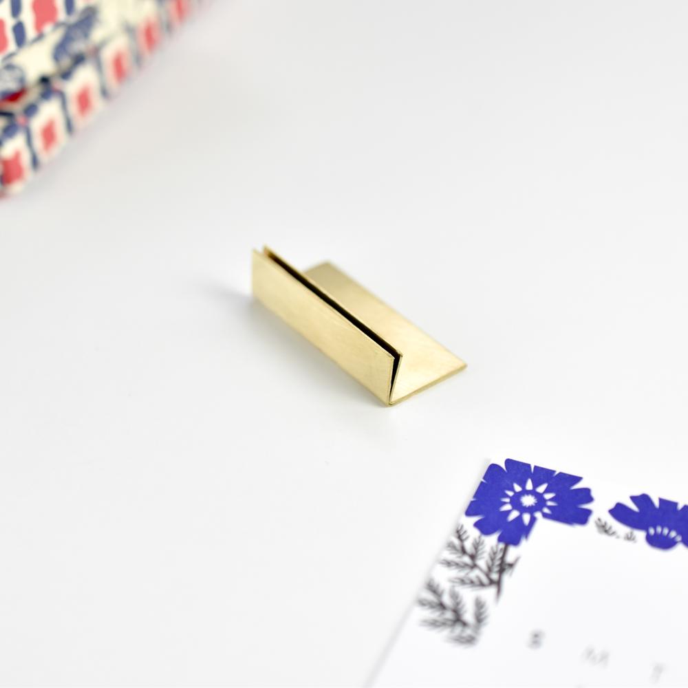 特注サイズの真鍮製カードスタンド